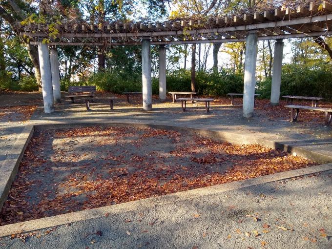 綱島公園砂場とベンチ