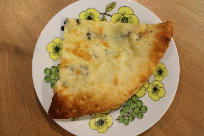OKストアピザブルーチーズのピザ