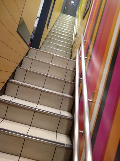 綱島駅前マック階段
