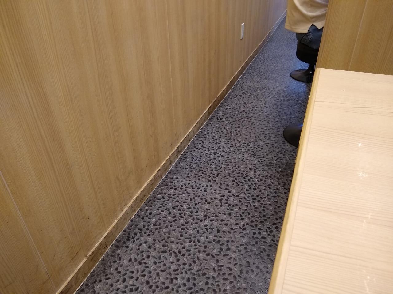 麺場寺井のテーブル席