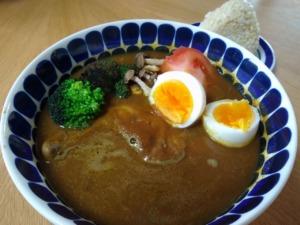 ミコヤのレトルト発酵スープカレー実食♪特大骨付きチキンで満腹です